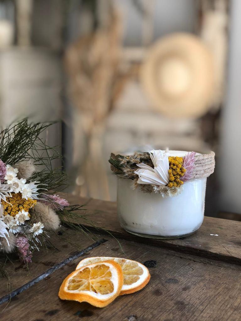 Vela perfumada e flores secas