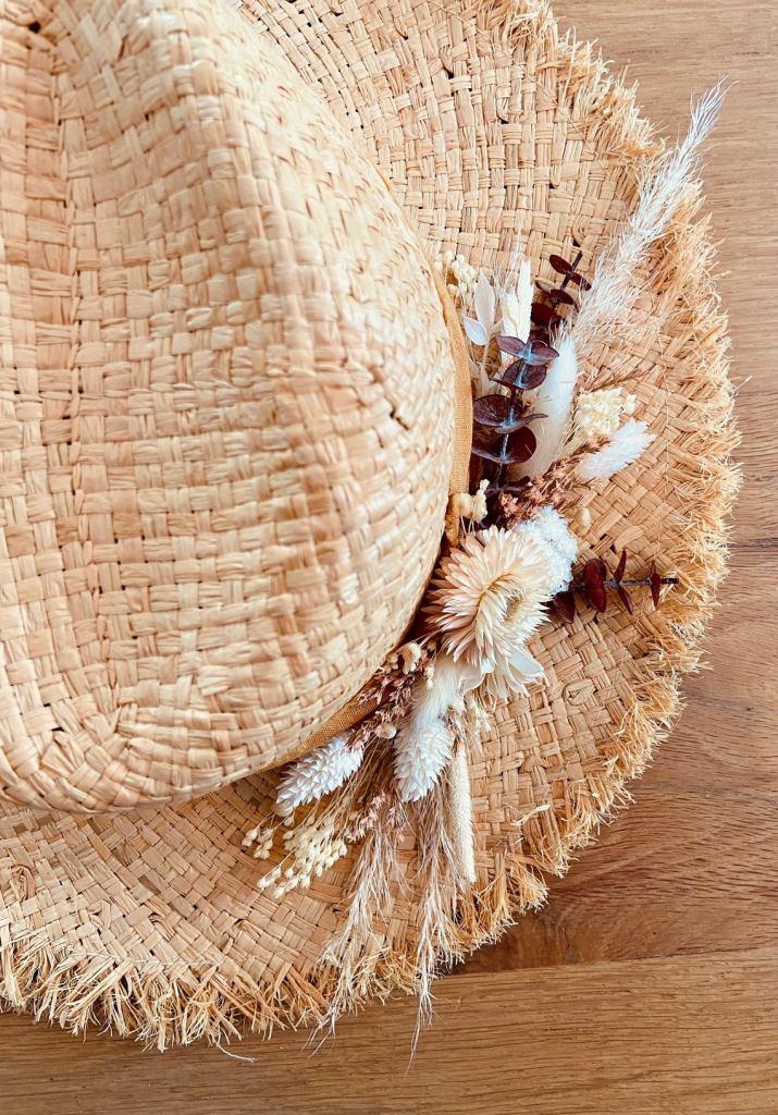 Chapéu de verão decorado com flores secas