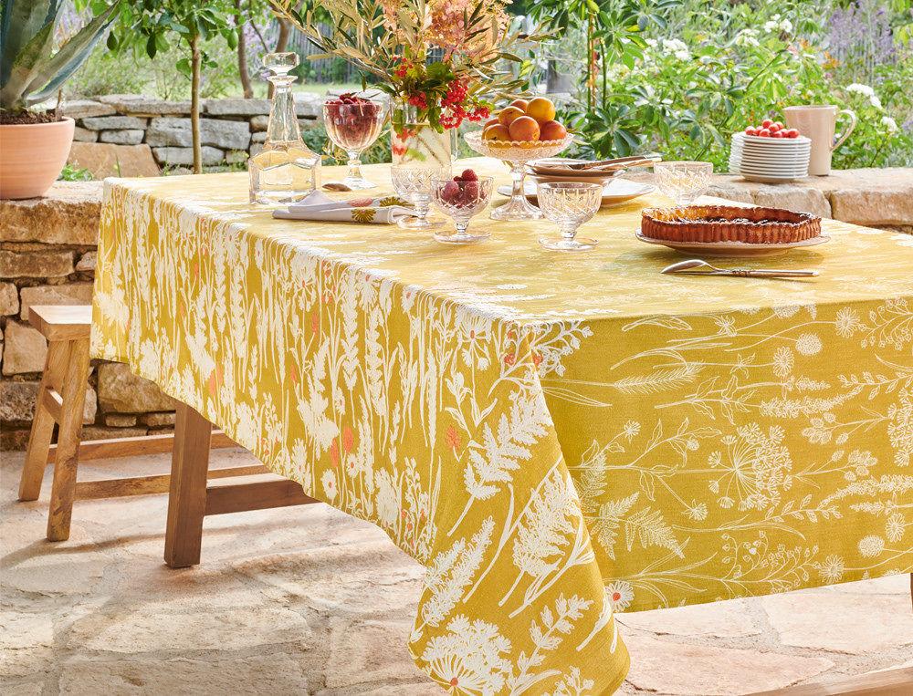Nappe estivale fleurie pour une jolie table d'été