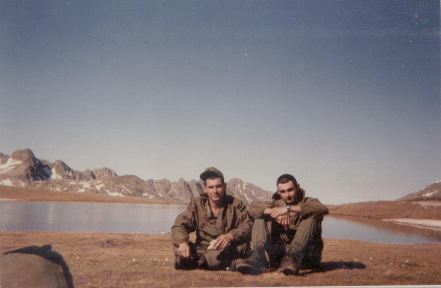 Argente y el medico legionario de la CIA EE año 84, no me acuerdo en que marcha nos la hicimos. Era el responsable de vaciarnos las ampollas de los talones con una jiringuilla cuando volviamos de foquear y antes de hacer el cross diario