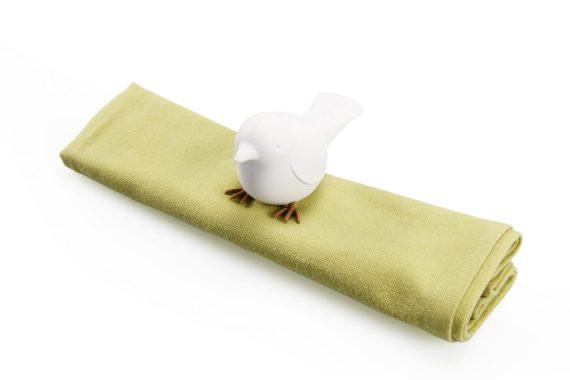 argola para guardanapo em forma de pássaro branco e guardanapo verde