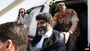السنوسي لحظة استلام الليبيين له من طرف نظام الرئيس عزيز