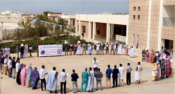 الأطباء المقيمون في كلية الطب يحتجون أمام وزارة الصحة ـ (المصدر: الإنترنت)
