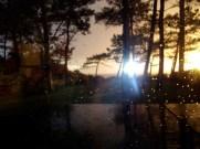 Du coucher de soleil en gouttes de pluie
