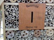 Einige Löcher des Insektenhotels sind bereits belegt