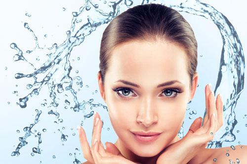 Frau mit Wasser