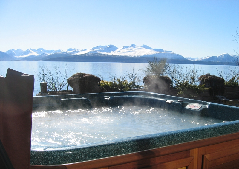 hot-tub-arctic-mountain