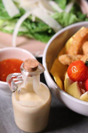 Knusprige Geflügelsticks mit Cesar Salat