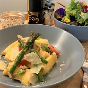 Andreas Stein Topfen-Haselnuss-Ravioli mit gruenem Spargel und Salat
