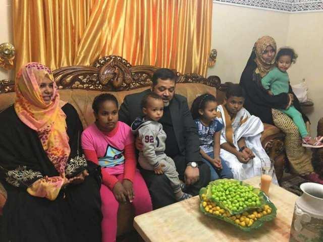 حمدان مع أطفال الراحل وزوجه