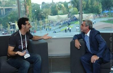 Serj Tankian e Sarkisian conversam em reunião