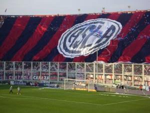 Torcida do San Lorenzo abre bandeirão no estádio do tradicional clube argentino