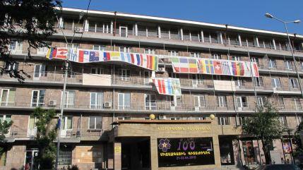 Northern University exibe  as bandeiras dos países que reconhecem o genocídio armênio em sua fachada. Poucos dias depois da aprovação da moção no Senado brasileiro, a bandeira do Brasil foi colocada no prédio. (Foto: Heitor Loureiro)