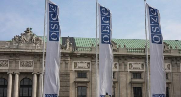 Bandeira do grupo OSCE Minsk na frente do Hofburg, em Viena.