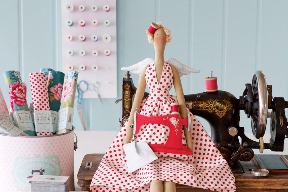 Muñeca Tilda, costurera con vestido de lunares