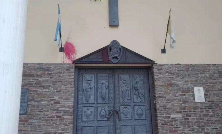 Photo of 8 M: arrojaron pintura a la Catedral