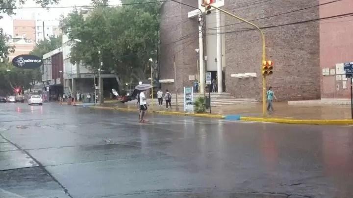 Photo of Por la intensa lluvia se suspenden las clases en algunos departamentos
