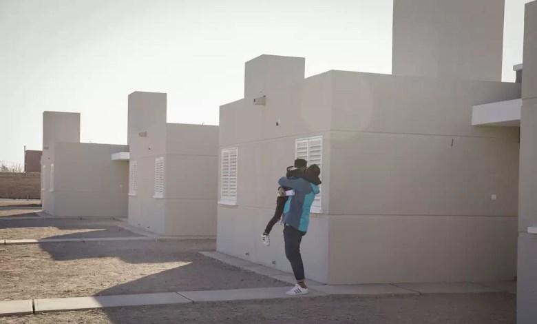 Photo of Rawson: Uñac hizo entrega de 50 viviendas