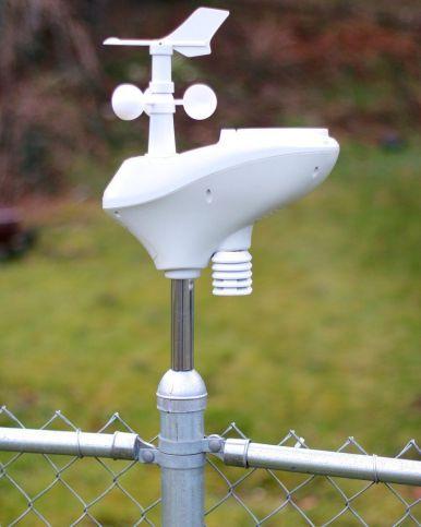 estaciones meteorologicas en una valla metalica