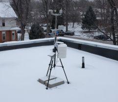 estación meteorologica instalada en tejado de cemento