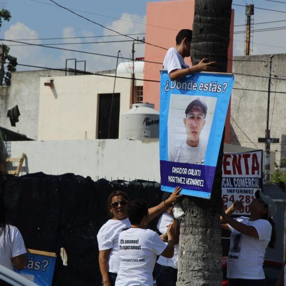 Las personas llegaron a la avenida Camino Real para colocar las imágenes de sus familiares desaparecidos.