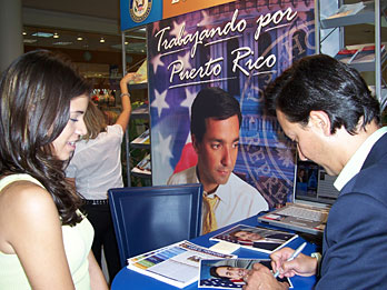 Inaugura su oficina en la rotación de Plaza del Caribe en Ponce 2006.