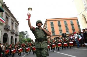 Xalapa mantiene, en sus celebraciones cívicas, una continuidad histórica que se remonta hasta los albores de la Independencia. Desde entonces las bandas militares recorren gallardamente el corazón de la capital veracruzana. La imagen forma parte desfile cívico militar del 5 de mayo de 2011.