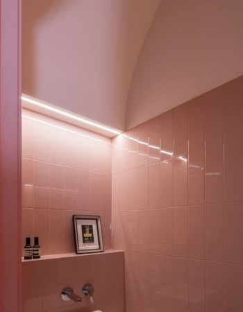 Tira LED ambiental en baño retro_via Architectural Digest