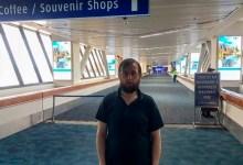 Foto de Roman Trofimov, el hombre que lleva más de 100 días viviendo en un aeropuerto por la pandemia