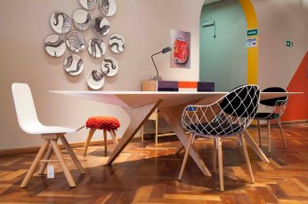 Cadeira Estúdio T+T, Banco Tina e Lui e Pratos Michael Vago