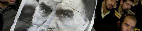 Un iraní sostiene un retrato del ayatolá Jomeini, en una de las concentraciones hechas en memoria del líder de la revolución iraní.
