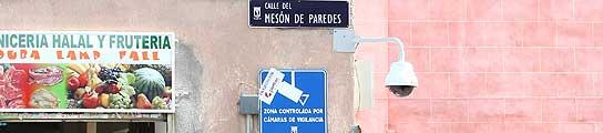 Las primeras cámaras de vigilancia ya se ven por Lavapiés, aunque todavía no graban  (Imagen: JORGE PARÍS)