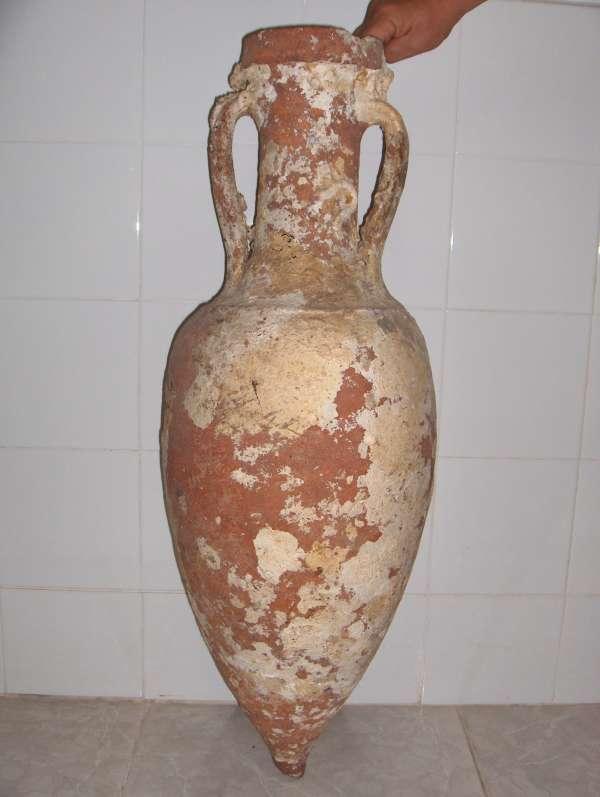Donan un ánfora romana completa en buen estado de conservación al Museo Arqueológico de Águilas
