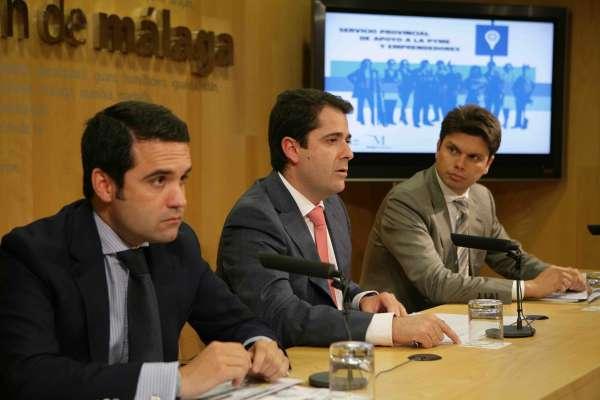 Carlos Conde, Diputado De Presidencia, En El Centro; A La Izqda, Jacobo Florido.
