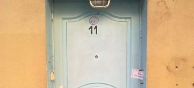 Puerta de entrada del prostíbulo clausurado.