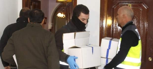 La policía judicial retira pruebas tras inspeccionar la casa. Fotografía Juan Ferreras/EFE.