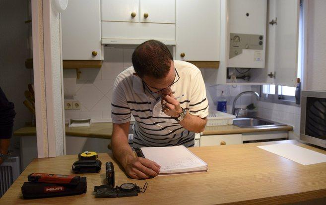 Un técnico elaborando el estudio energético de una vivienda para su...