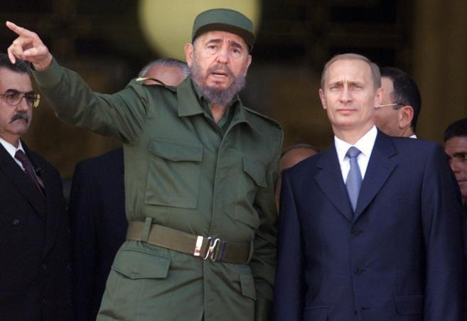 Fidel Castro y Vladimir Putin durante la visita de éste a la isla en...