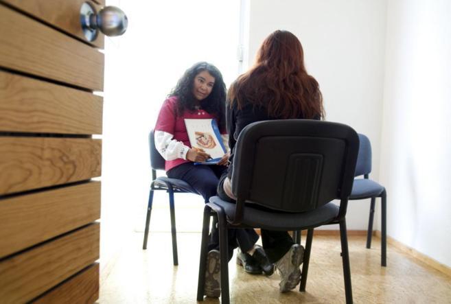 Una psicóloga orienta a una mujer que ha decidido abortar en una...