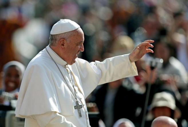 Francisco saluda a los miles de feligreses congregados en la Plaza de...