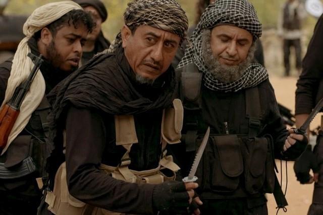 El humorista Naser al-Qasabi, en el centro, en una imagen de...