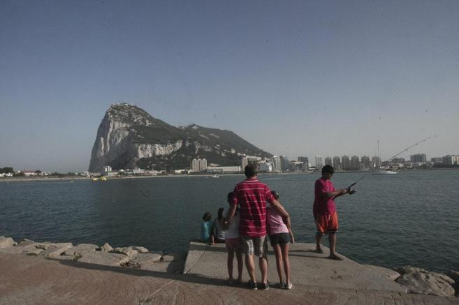 Un grupo de pescadores frente al peñón de Gibraltar.