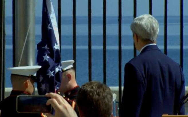 Kerry ante la bandera antes de ondear en el cielo cubano