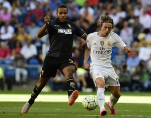 El Arabi trata de arrebatarle el balón a Luka Modric.