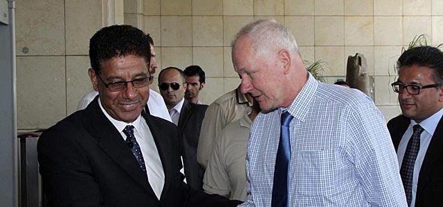 Un representante sirio recibe al inspector de la ONU Ake Sellström en Damasco. | Efe
