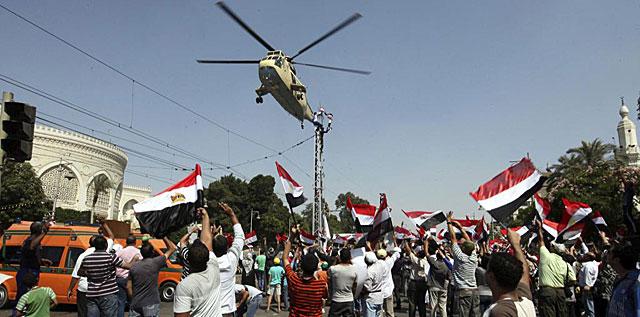 Un helicóptero del ejército egipcio sobrevuela una protesta anti-Mursi.   Efe