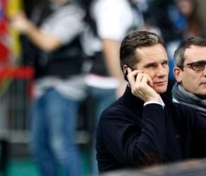 Iñaki Urdangarin habla por teléfono, durante la final del Mundial de Balonmano, el domingo en Barcelona.