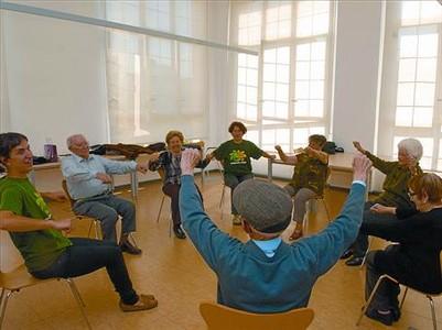 Acompañados 8 Unos ancianos realizan actividades lúdicas del programa 'Temps per tú' en Sant Martí.