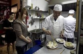 Un cocinero del restaurante Tian Xian ultima un plato de empanadillas.