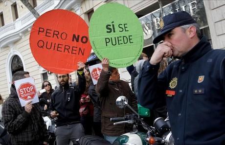 Manifestantes de la PAH ante el Ritz esperan a Rajoy y la cúpula del PP.